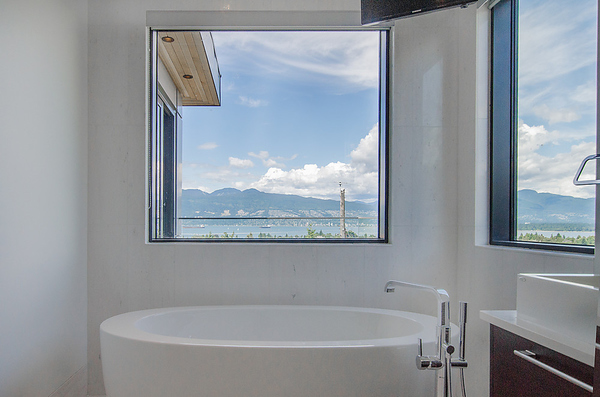 3839 west 13th - ensuite tub